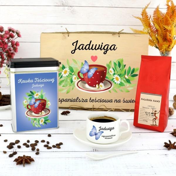 filiżanka z nadrukiem, puszka i kawa w skrzynce na prezent dla teściowej