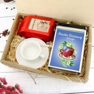 filiżanka u puszka z nadrukiem i kawą w pudełku na prezent dla teściowej na imieniny