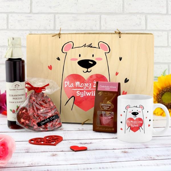 kubek z nadrukiem i słodkościami w drewnianej skrzynce na prezent dla żony