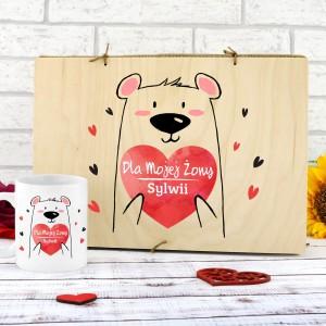 kubek z własnym nadrukiem w w skrzynce z drewna na prezent na urodziny dla żony