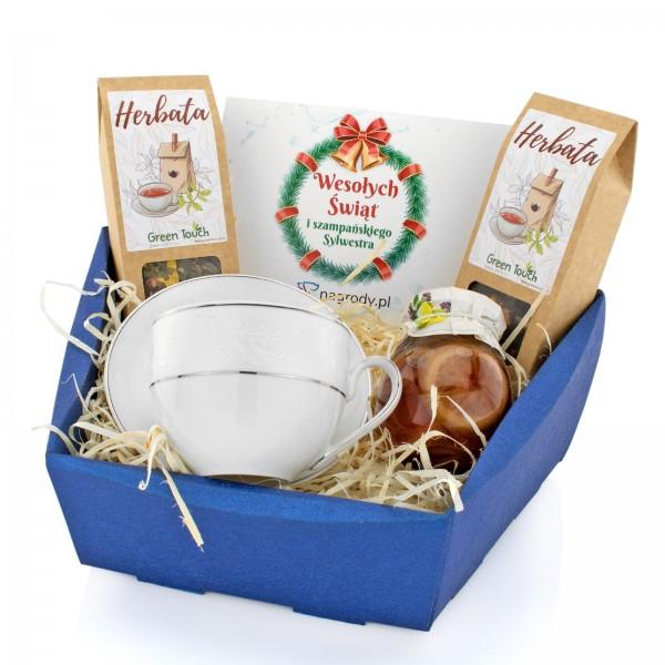 filiżanka z porcelany z herbatą, syropem i kartką na prezent biznesowy na święta
