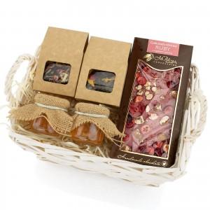 herbata z miodami i czekoladą w koszu na prezent dla klienta na boże narodzenie