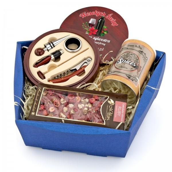 prezent biznesowy dla mężczyzny w koszu upominkowym z zestawem do wina i słodyczami grzaniec