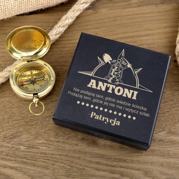 kompas z grawerem w drewnianej szkatułce na prezent dla górnika na urodziny