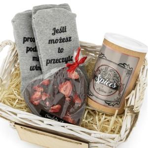 zestaw delikatesowy ze skarpetkami, czekoladą i przyprawą na prezent na gwiazdkę