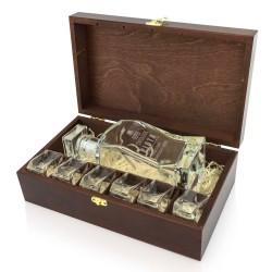 szklana karafka z grawerem z kieliszkami w pudełku na prezent dla świadka weselnego
