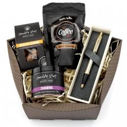 kawa, czekolada, konfitura i długopis w świątecznym koszu prezentowym - Czekoladowy Dotyk na prezent dla brata