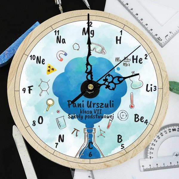 zegar drewniany z kolorową personalizacją na prezent dla nauczyciela chemii