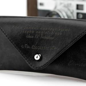 czarny futerał na okulary z grawerem na dzień nauczyciela