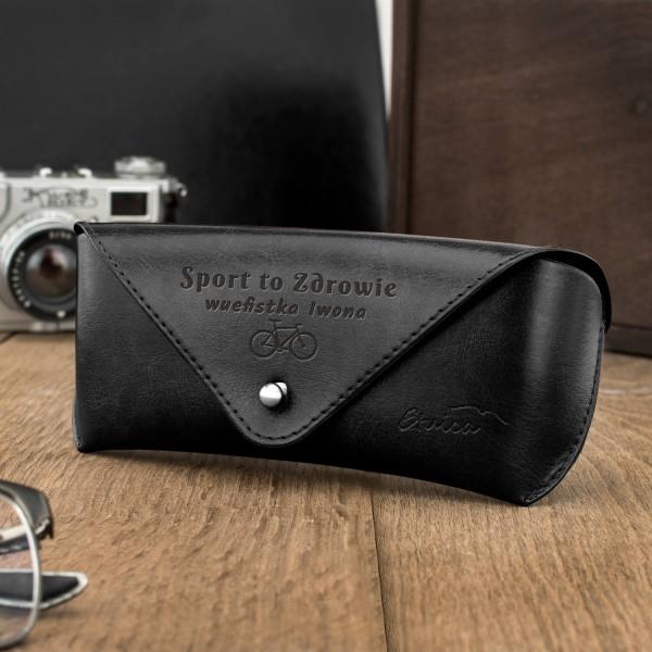 czarne skórzane etui na okulary z grawerem dla nauczyciela wuefisty