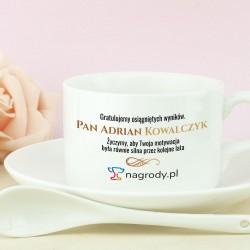 biała filiżanka ceramiczna z łyżeczka i spodkiem