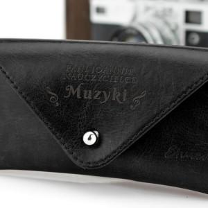 skórzany czarny futerał na okulary z grawerem dla nauczyciela muzyki