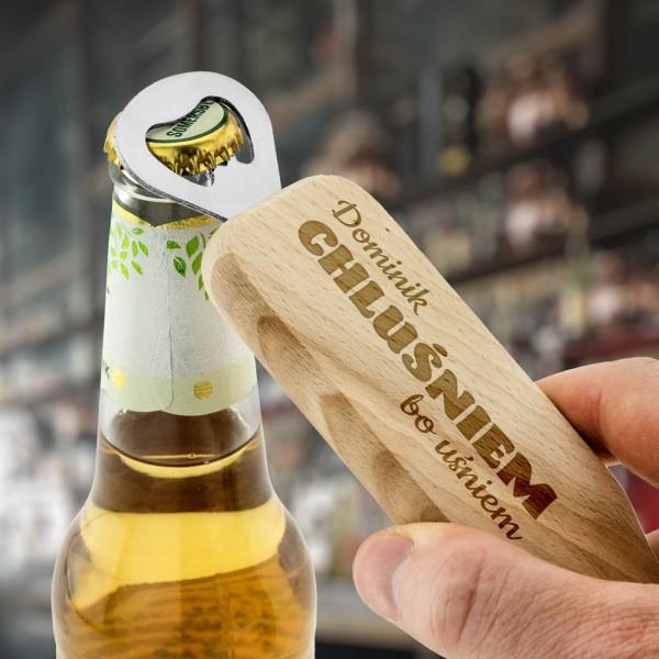 drewniany otwieracz do piwa z grawerem dla piwosza