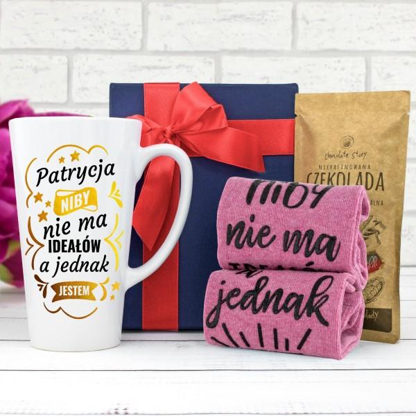 na prezent dla niej kubek z nadrukiem, skarpetki i czekolada w pudełku