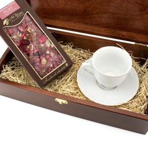 pomysł na prezent dla pracownika zestaw z filiżanką i czekoladą