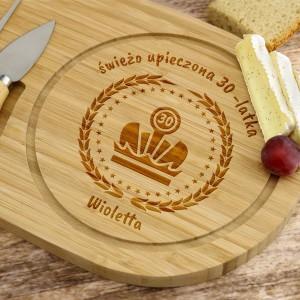 personalizowana deska do serów z akcesoriami i grawerem dedykacji na prezent na 30 urodziny przyjaciółki