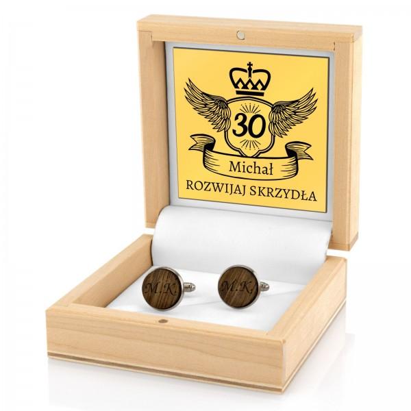 grawerowane spinki do mankietów w drewnianym pudełku tabliczką z dedykacją na prezent na urodziny dla męża
