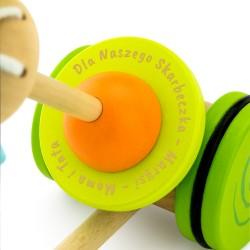 grawer na drewnianym pchaczu dla dziecka