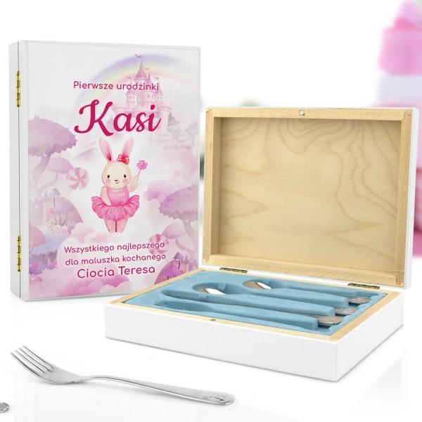 pudełko z personalizacją i sztućce na prezent na pierwsze urodziny dla dziewczynki
