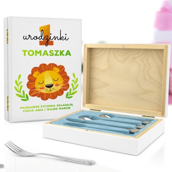 pudełko z nadrukiem personalizacji i sztućce dla dzieci na prezent na roczek dla chłopczyka