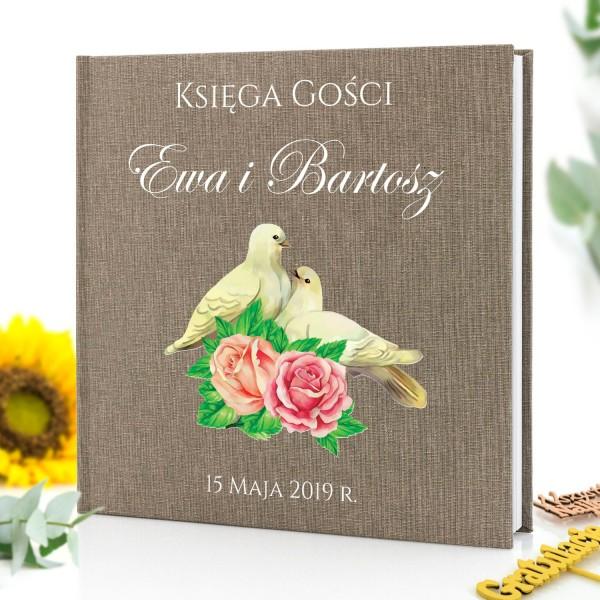 księga gości z nadrukiem gołąbków , imion nowożeńców i daty ślubu