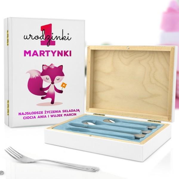 pudełko z nadrukiem i sztućce dla dzieci na prezent na roczek dla dziewczynki