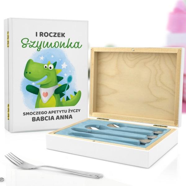 pudełko z nadrukiem dedykacji i sztućce dla dzieci z grawerem na prezent dla chłopczyka na roczek