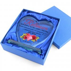 szklana statuetka serce z nadrukiem dedykacji na rocznicę ślubu w niebieskim etui
