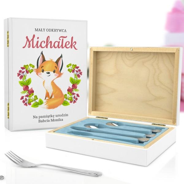 pudełko z nadrukiem personalizacji i sztućce z grawerem na prezenrt na urodziny chłopczyka