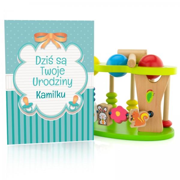 drewniana zabawka dla dziecka z personalizowaną kartką z dedykacją na urodziny