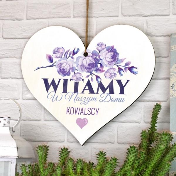 tabliczka serce z nadrukiem nazwiska i napisem witamy w naszym domu