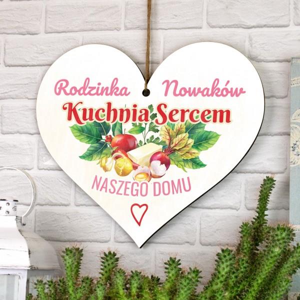 zawieszka drewniana serce z nadrukiem nazwiska i napisu kuchnia sercem naszego  domu