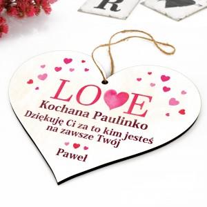 tabliczka w kształcie serca z nadrukiem dedykacji imiennej dla swojej dziewczyny