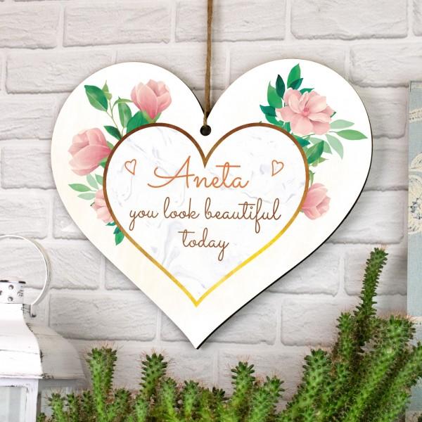 tabliczka serce drewniane z nadrukiem imienia i dedykacji wyglądasz dzis pięknie
