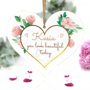 drewniana tabliczka w kształcie serca z nadrukiem imienia i dedykacji you look beautiful