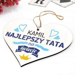tabliczka w kształcie serca do powieszenia z napisem najlepszy tata na świecie i nadrukiem imienia