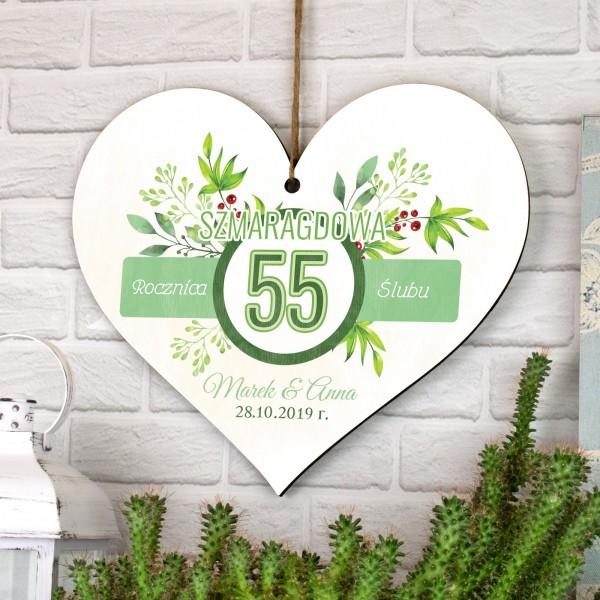 drewniana tabliczka w kształcie serca do zawieszenia z nadrukiem 55 rocznica ślubu
