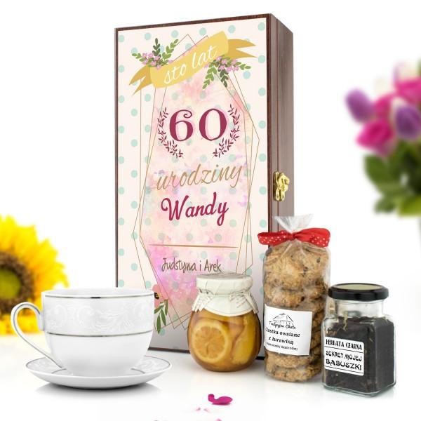 zestaw upominkowy dla kobiety na 60 urodziny 0 skrzynka z personalizacją, ciastka i syrop