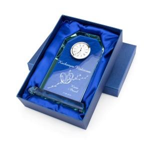 szklana statuetka w eleganckim opakowaniu prezentowym na prezent na podziękowania weselne dla rodziców