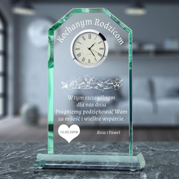 szklana statuetka z grawerem dedykacji i zegarem na prezent dla rodziców