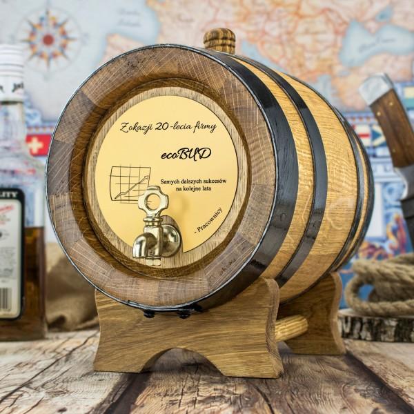 jasna dębowa beczka na alkohol jako prezent pamiątka na jubileusz firmy