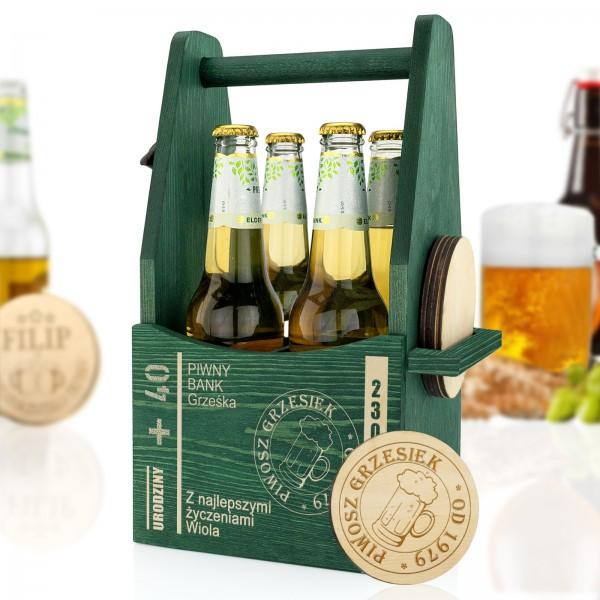 drewniana skrzynka na cztery piwa z grawerem i podkładkami na prezent urodzinowy na 40 dla niego