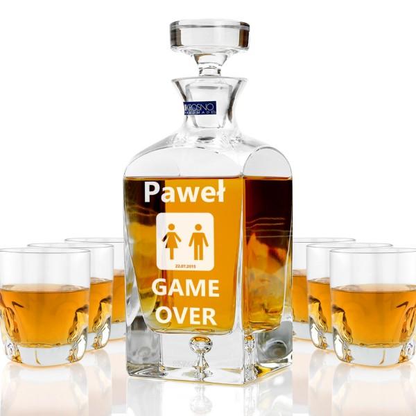 ekskluzywna karafka ze szklankami do whisky z grawerem personalizacji na prezent na wieczór kawalerski dla przyjaciela