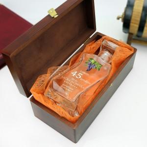 szklana karafka w brązowym pudełku z wyściółką na prezent dla księdza
