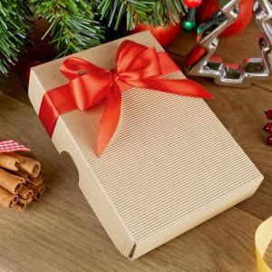 pudełko z ozdobną czerwoną wstążką na zestaw 8 bombek na prezent dla mamy