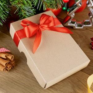 pudełko z ozdobną czerwoną wstążką na zestaw 5 serduszek na prezent dla babci