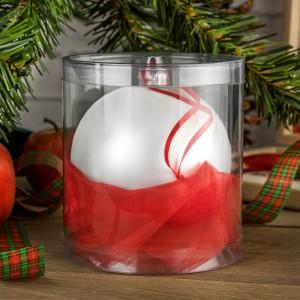 bombka srebrna z czerwoną zawieszką w tubie wypełnionej czerwoną satyną na prezent dla taty pod choinkę