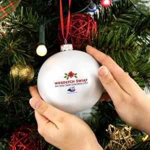 nadruk dedykacji na srebrnej bombce choinkowej na prezent dla klientów na mikołaja