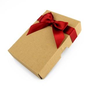 pudełko prezentowe z kokardą na piersiówkę na prezent dla narzeczonego na mikołajki