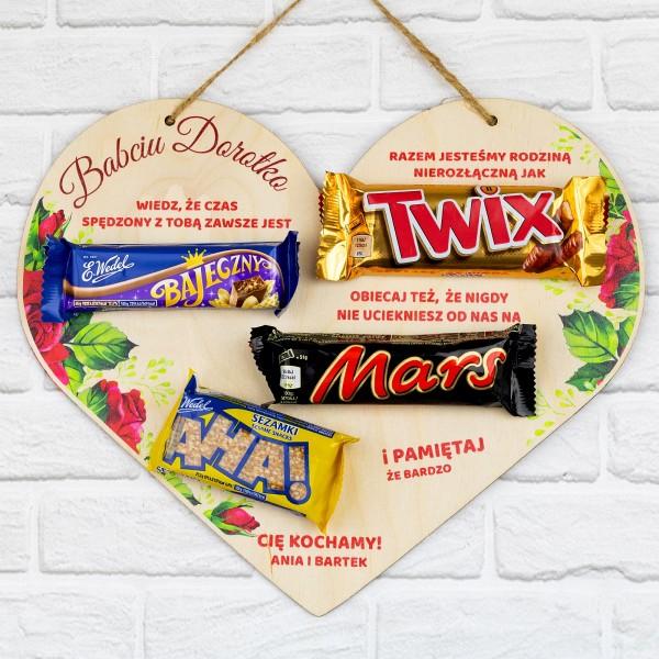 tabliczka serce z nadrukiem i batonami na prezent dla babci